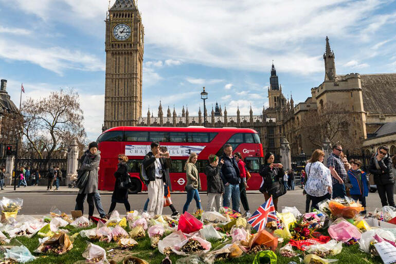 People leaves flowers and tributes to those who died in the 2017 UK Parliament terrorist attack. Photo: Alexandre Rotenberg/Shutterstock.com