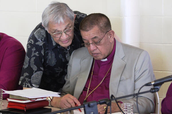 Professor Whatarangi Winiata confers with Bishop John Gray on the wording of the resource-sharing motion.