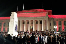 Crowds pray on ANZAC day