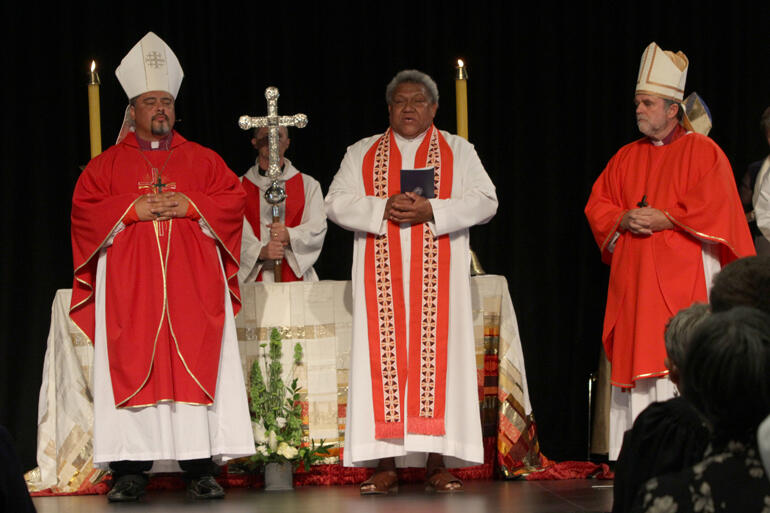 Archbishop-elect Fereimi Cama offers a blessing, flanked by Archbishop Don Tamihere and Archbishop Philip Richardson.